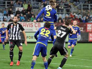 Hlavičkujícímu Štěpánkovi míč propadl k Fulnekovi s Mršičem