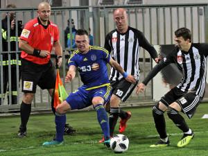 Hostující German Šlein v rohu ve svízelné situaci proti Ivo Táborskému a Róbertu Kovaľovi