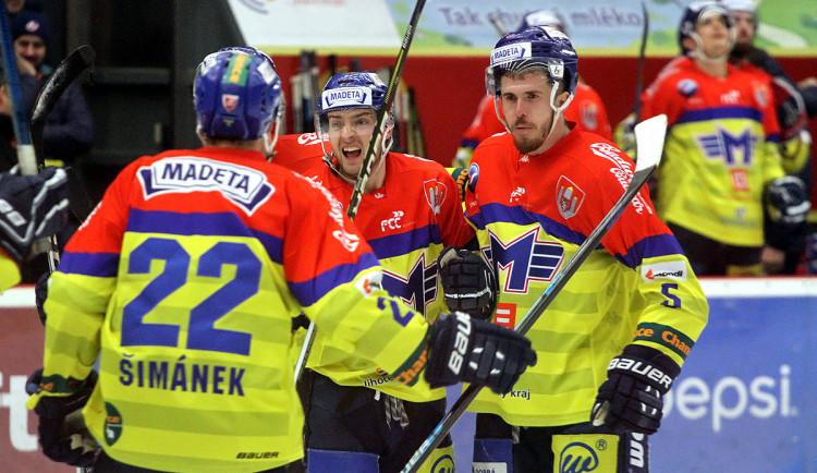 Tři góly obránce, to není úplně běžný jev při hokejovém zápase. Karel Plášil (vpravo) to však proti Benátkám dokázal