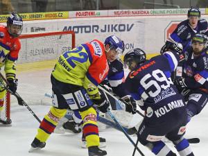 Ostřílený mazák Jiří Šimánek, bojující před Žajdlíkovou brankou, jeden gól dal a na tři nahrál