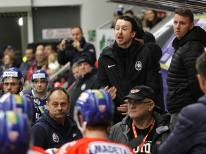 Asistent trenéra Kladna Jan Kregl při ústní výměně názorů s Vincentem Dunnem při jeho odchodu do sprch