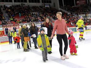 Společný nástup dětí z Bazalky a domácích hokejistů