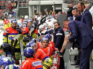 Domácí střídačka pozorně naslouchá pokynům trenéra Tottera