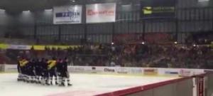 Diváci si vyvolali hokejisty zpátky na led