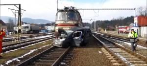 Nepozorná italská řidička vjela na kaplickém nádraží před projíždějící vlak