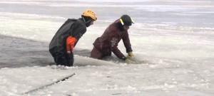 Hasiči vyprošťovali auto utopené pod zamrzlou hladinou Lipna