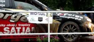 Průjezd přes pódium pro vítěze Rallye Český Krumlov