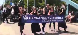 Průvod Budějovického Majálesu 2015 prochází krajskou metropolí